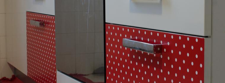 Nuova vita ai mobiletti della cucina con una semplice pellicolacolorata